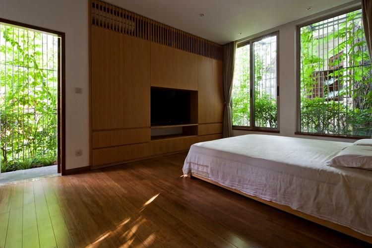 Lắp đặt hệ lam chắn nắng để vừa làm mát cho không gian sống, vừa tăng giá trị thẩm mỹ cho ngôi nhà hướng Tây.